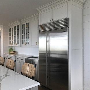 フィラデルフィアの大きいエクレクティックスタイルのおしゃれなキッチン (エプロンフロントシンク、インセット扉のキャビネット、グレーのキャビネット、珪岩カウンター、白いキッチンパネル、セラミックタイルのキッチンパネル、シルバーの調理設備の、無垢フローリング、オレンジの床) の写真