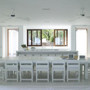 Geräumige Nordische Wohnküche in L-Form mit Kassettenfronten, weißen Schränken, Küchenrückwand in Weiß, Quarzit-Arbeitsplatte, Betonboden und weißem Boden in London