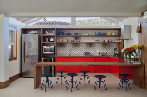 Beach Style Kitchen by MIGS ARQUITETURA