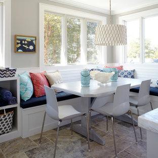 Bild på ett stort maritimt kök, med en undermonterad diskho, skåp i shakerstil, vita skåp, granitbänkskiva, vitt stänkskydd, stänkskydd i tunnelbanekakel, rostfria vitvaror, kalkstensgolv och en köksö