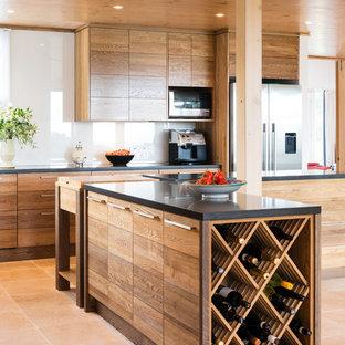 Modelo de cocina moderna, grande, abierta, con armarios con paneles lisos, puertas de armario de madera oscura, dos o más islas, encimera de cuarzo compacto, salpicadero blanco, salpicadero de vidrio templado, electrodomésticos de acero inoxidable y suelo de baldosas de terracota