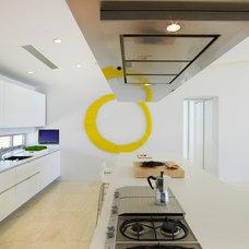 Beach Style Kitchen by West Chin Architects & Interior Designers