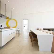 Beach Style Kitchen by West Chin Architects & Interior Designers