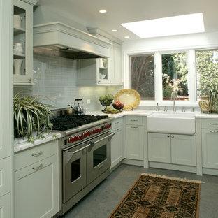 Exempel på ett maritimt kök, med en rustik diskho, skåp i shakerstil, gröna skåp, granitbänkskiva, grönt stänkskydd, stänkskydd i tunnelbanekakel och rostfria vitvaror