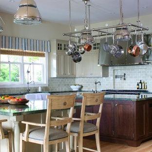 Foto de cocina comedor en L, marinera, con fregadero sobremueble, salpicadero gris, suelo de madera clara, una isla, armarios con paneles empotrados, puertas de armario verdes y encimeras turquesas
