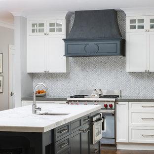 Пример оригинального дизайна: угловая кухня-гостиная среднего размера в стиле современная классика с островом, фасадами в стиле шейкер, белыми фасадами, столешницей из талькохлорита, серым фартуком, фартуком из плитки мозаики, техникой из нержавеющей стали, темным паркетным полом, коричневым полом и раковиной в стиле кантри
