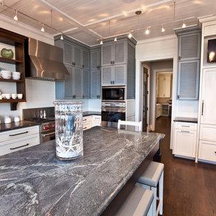 Maritime Küche mit Lamellenschränken, grauen Schränken, Speckstein-Arbeitsplatte und Elektrogeräten mit Frontblende in Raleigh