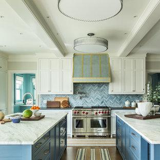 Geschlossene Maritime Küche in L-Form mit Unterbauwaschbecken, Schrankfronten im Shaker-Stil, blauen Schränken, Küchenrückwand in Blau, Küchengeräten aus Edelstahl, braunem Holzboden, zwei Kücheninseln, braunem Boden und grauer Arbeitsplatte in Bridgeport