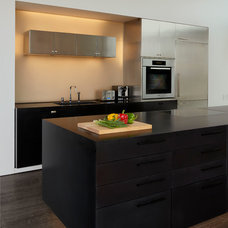 Beach Style Kitchen by SPG Architects