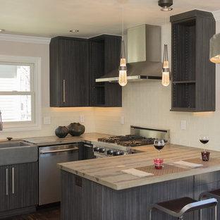 Новый формат декора квартиры: большая п-образная кухня в современном стиле с обеденным столом, раковиной в стиле кантри, плоскими фасадами, серыми фасадами, столешницей из бетона, белым фартуком, фартуком из стеклянной плитки, техникой из нержавеющей стали, темным паркетным полом, полуостровом и коричневым полом