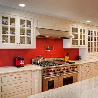 Mittelgroße Klassische Wohnküche in L-Form mit Landhausspüle, profilierten Schrankfronten, weißen Schränken, Arbeitsplatte aus Terrazzo, Küchengeräten aus Edelstahl, Kücheninsel und hellem Holzboden in Boston