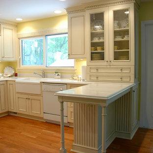 Idéer för avskilda, mellanstora vintage u-kök, med en integrerad diskho, luckor med infälld panel, gula skåp, vita vitvaror, ljust trägolv, bänkskiva i kvartsit, gult stänkskydd och en halv köksö