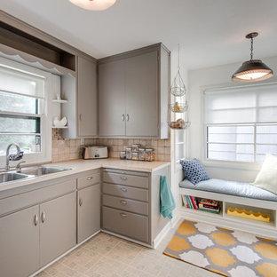 Ispirazione per una cucina moderna con lavello a doppia vasca, ante lisce, ante grigie e paraspruzzi beige
