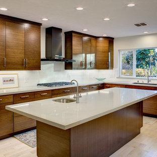 Mittelgroße Asiatische Küche mit Unterbauwaschbecken, flächenbündigen Schrankfronten, hellbraunen Holzschränken, Quarzwerkstein-Arbeitsplatte, Küchenrückwand in Beige, Rückwand aus Keramikfliesen, bunten Elektrogeräten, hellem Holzboden und Kücheninsel in Sacramento