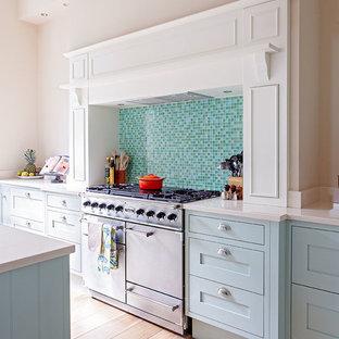 エディンバラのトラディショナルスタイルのおしゃれなキッチン (シェーカースタイル扉のキャビネット、青いキャビネット、青いキッチンパネル、モザイクタイルのキッチンパネル、淡色無垢フローリング) の写真