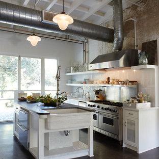 Offene, Einzeilige, Große Industrial Küche mit Landhausspüle, Glasfronten, weißen Schränken, Mineralwerkstoff-Arbeitsplatte, Küchenrückwand in Metallic, Rückwand aus Metallfliesen, Küchengeräten aus Edelstahl, Betonboden und Kücheninsel in Orange County