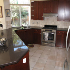 Modern Kitchen by Kitchen Solvers of Greater Vancouver