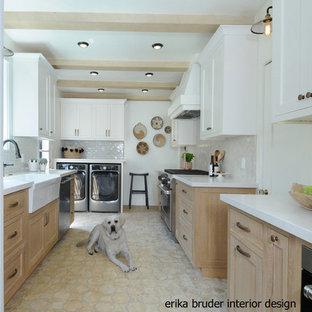 ロサンゼルスの中サイズのおしゃれなキッチン (エプロンフロントシンク、レイズドパネル扉のキャビネット、白いキャビネット、白いキッチンパネル、セラミックタイルのキッチンパネル、白い調理設備、セメントタイルの床、アイランドなし、黄色い床) の写真