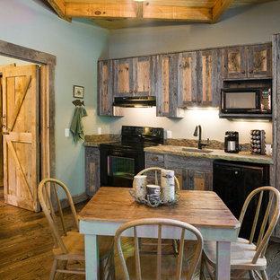 Geschlossene, Einzeilige, Mittelgroße Klassische Küche ohne Insel mit schwarzen Elektrogeräten, integriertem Waschbecken, Schrankfronten im Shaker-Stil, Schränken im Used-Look, Granit-Arbeitsplatte, Küchenrückwand in Grün und braunem Holzboden in Little Rock