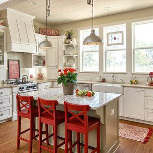 他の地域のカントリー風おしゃれなキッチン (エプロンフロントシンク、シェーカースタイル扉のキャビネット、白いキャビネット、白いキッチンパネル、サブウェイタイルのキッチンパネル、シルバーの調理設備の、無垢フローリング、緑のキッチンカウンター) の写真
