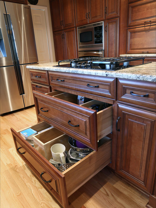 Medium sized traditional kitchen design ideas renovations for Beaverton kitchen cabinets reviews