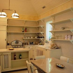 ニューヨークのトラディショナルスタイルのおしゃれなキッチン (エプロンフロントシンク、インセット扉のキャビネット、白いキャビネット、木材カウンター、白いキッチンパネル、セラミックタイルのキッチンパネル、パネルと同色の調理設備、塗装フローリング) の写真
