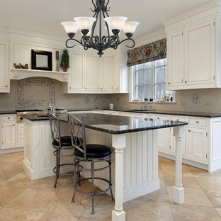 ニューヨークの中サイズのアジアンスタイルのおしゃれなキッチン (ダブルシンク、ガラス扉のキャビネット、ベージュのキャビネット、ソープストーンカウンター、黒いキッチンパネル、ガラス板のキッチンパネル、パネルと同色の調理設備) の写真