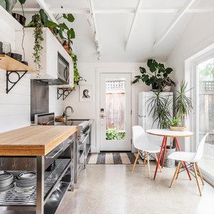 Einzeilige, Kleine Maritime Wohnküche mit Arbeitsplatte aus Holz, Küchenrückwand in Weiß, Rückwand aus Holz, Betonboden, Küchengeräten aus Edelstahl und grauem Boden in Portland