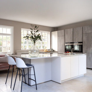 Inspiration pour une grand cuisine design en L avec un évier intégré, un placard à porte plane, des portes de placard grises, un plan de travail en quartz, une crédence blanche, une crédence en quartz modifié, un sol en carrelage de céramique, un îlot central, un sol gris et un plan de travail blanc.