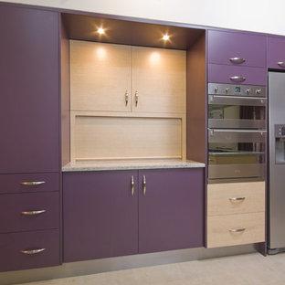 Idées déco pour une cuisine ouverte moderne en U de taille moyenne avec un placard à porte plane, des portes de placard violettes, un plan de travail en granite, un électroménager en acier inoxydable, un sol en carrelage de céramique, aucun îlot et un sol beige.