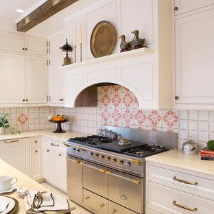 Inspiration för ett mellanstort vintage vit vitt kök, med en rustik diskho, luckor med profilerade fronter, vita skåp, marmorbänkskiva, beige stänkskydd, stänkskydd i terrakottakakel, vita vitvaror, kalkstensgolv, en köksö och beiget golv