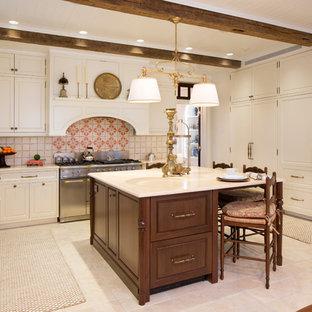 Свежая идея для дизайна: п-образная кухня среднего размера в классическом стиле с обеденным столом, раковиной в стиле кантри, белыми фасадами, островом, бежевым полом, фасадами с декоративным кантом, мраморной столешницей, бежевым фартуком, фартуком из терракотовой плитки, белой техникой, полом из известняка и белой столешницей - отличное фото интерьера