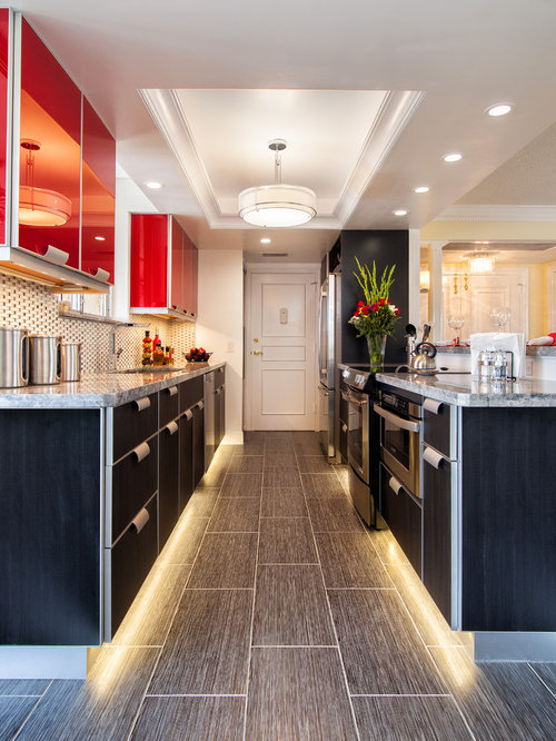 cuisine parall le avec un placard porte vitr e photos et id es d co de cuisines. Black Bedroom Furniture Sets. Home Design Ideas