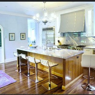 Idéer för att renovera ett eklektiskt lila lila kök, med en enkel diskho, vita skåp, bänkskiva i kvartsit, flerfärgad stänkskydd, rostfria vitvaror, mellanmörkt trägolv och brunt golv