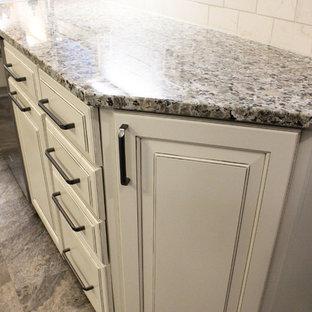 クリーブランドの中サイズのトランジショナルスタイルのおしゃれなキッチン (アンダーカウンターシンク、レイズドパネル扉のキャビネット、白いキャビネット、御影石カウンター、ベージュキッチンパネル、ガラス板のキッチンパネル、シルバーの調理設備の、クッションフロア、グレーの床、ベージュのキッチンカウンター) の写真