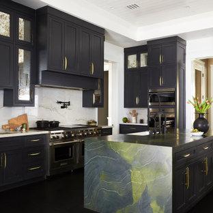 Geräumige Klassische Küche in U-Form mit Landhausspüle, Schrankfronten im Shaker-Stil, schwarzen Schränken, Küchenrückwand in Weiß, Küchengeräten aus Edelstahl, Kücheninsel, schwarzem Boden und weißer Arbeitsplatte in Los Angeles