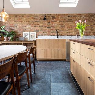 Klassische Küche mit Kalkstein und blauem Boden in Berkshire