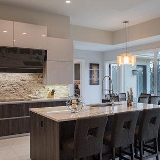 他の地域の中くらいのモダンスタイルのおしゃれなキッチン (アンダーカウンターシンク、フラットパネル扉のキャビネット、濃色木目調キャビネット、珪岩カウンター、ベージュキッチンパネル、石タイルのキッチンパネル、シルバーの調理設備、大理石の床、白い床) の写真