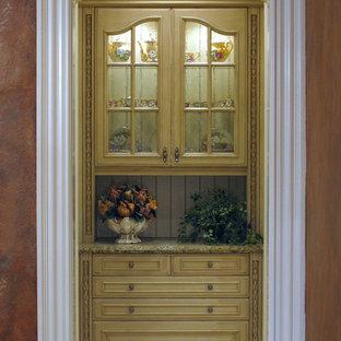 Geräumige Mediterrane Küche mit Vorratsschrank, profilierten Schrankfronten, Schränken im Used-Look, Granit-Arbeitsplatte, Küchenrückwand in Beige, Rückwand aus Holz und Travertin in Tampa