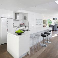 Contemporary Kitchen by Henarise Pty Ltd