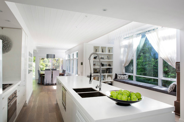 Contemporary Kitchen by Henarise Pty Ltd