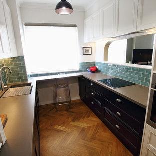 シドニーの中サイズのトラディショナルスタイルのおしゃれなキッチン (ダブルシンク、落し込みパネル扉のキャビネット、黒いキャビネット、タイルカウンター、緑のキッチンパネル、セラミックタイルのキッチンパネル、シルバーの調理設備の、無垢フローリング、アイランドなし、茶色い床、茶色いキッチンカウンター) の写真