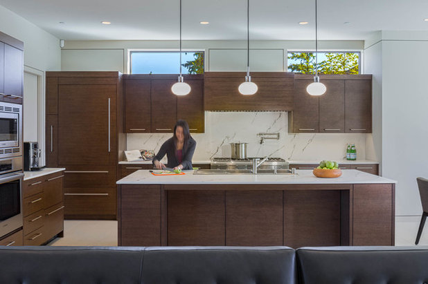 Contemporary Kitchen by DESIGN GUILD HOMES