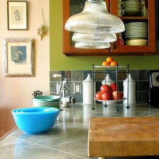 Exempel på ett litet lantligt kök, med en enkel diskho, skåp i shakerstil, skåp i mellenmörkt trä, kaklad bänkskiva, stänkskydd i stenkakel, rostfria vitvaror, mellanmörkt trägolv, en köksö och grått stänkskydd