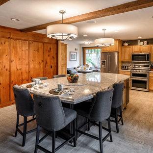 Mittelgroße Urige Wohnküche in L-Form mit Triple-Waschtisch, profilierten Schrankfronten, hellen Holzschränken, Quarzwerkstein-Arbeitsplatte, Küchenrückwand in Grau, Rückwand aus Metrofliesen, Küchengeräten aus Edelstahl, Porzellan-Bodenfliesen, Kücheninsel und grauem Boden in Cleveland
