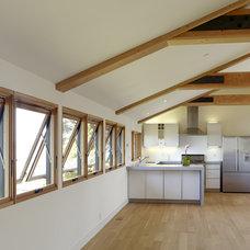 Modern Kitchen by DANIEL HUNTER AIA Hunter architecture ltd.