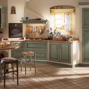 Idéer för att renovera ett mellanstort rustikt kök, med en undermonterad diskho, luckor med upphöjd panel, skåp i slitet trä, kaklad bänkskiva, klinkergolv i keramik, en halv köksö och beiget golv