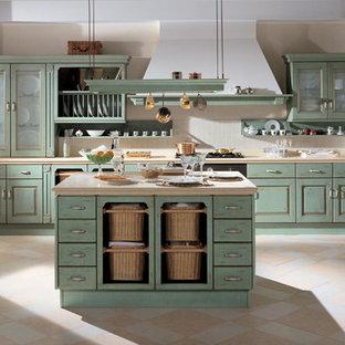 Esempio di una cucina stile rurale di medie dimensioni con lavello sottopiano, ante con bugna sagomata, ante con finitura invecchiata, top piastrellato, pavimento con piastrelle in ceramica, isola e pavimento beige
