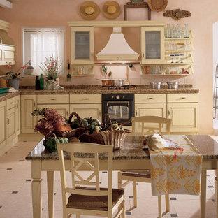 Inspiration för ett mellanstort rustikt kök, med en undermonterad diskho, luckor med upphöjd panel, skåp i slitet trä, kaklad bänkskiva, klinkergolv i keramik och beiget golv