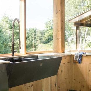 ポートランド(メイン)の中サイズのカントリー風おしゃれなI型キッチン (エプロンフロントシンク、フラットパネル扉のキャビネット、淡色木目調キャビネット) の写真